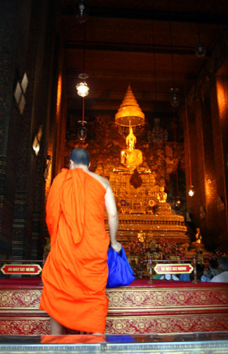 Which building at Wat Pho is the ubosot? It contains the Phra Tang Pha Thip Buddha image.