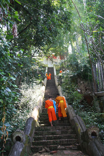 Wat Siphouthabath stairs to top of mount phousi