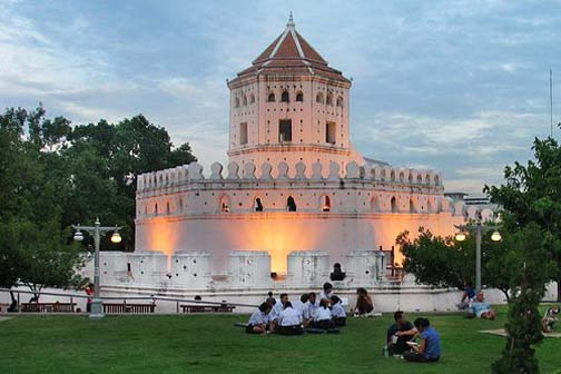 Phra Sumen Fort on the banks of the Chao Phraya River is the focal spot of Suan Santichaiprakarn Park.